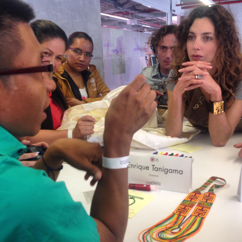 El artesano Envera Chamí, Enrique Tanigama en la mesa de trabajo de Karen Daccarett y Francisco Leal